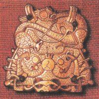Позолоченная брошь, найденная в захоронении викингов в Швеции