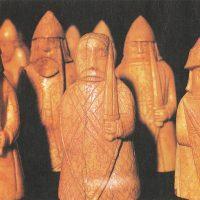 Несколько фигур из шахматного набора викингов, сделанных из моржовой кости