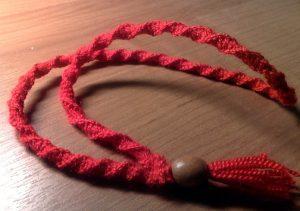 Талисман из красных плетеных нитей