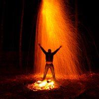 Ночной дождь из огня в месте силы