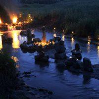 Живые камни факелами отпугивают волков