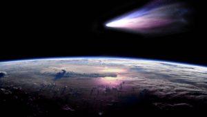 Пролетающая возле Земли комета